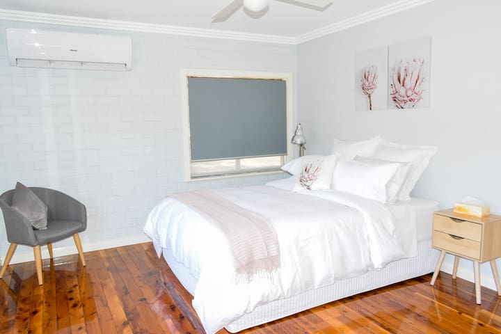 Comfortable queen sized bed. Quality linen. Reverse Cycle airconditioning.