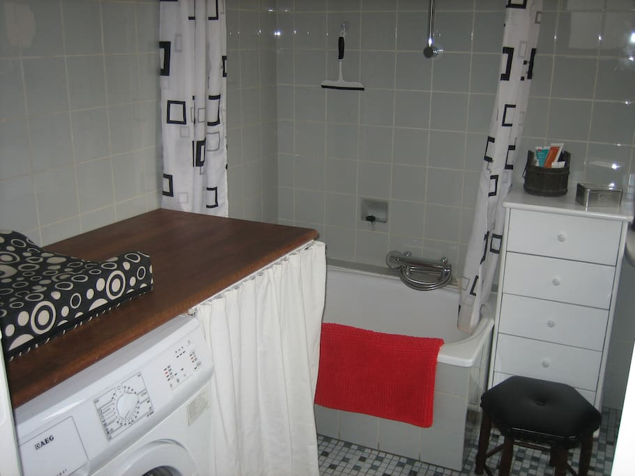 Sidde badekar, pusleplads og vaskemaskine.