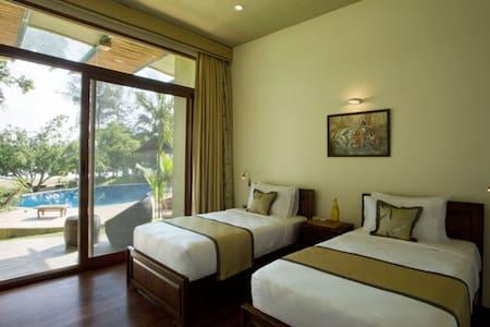 Cosy room near Nagarhole overlooking Kabini River