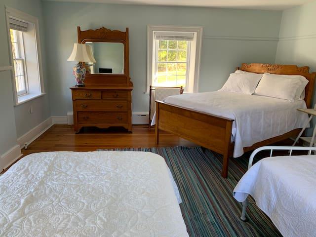 Family bedroom (queen/2 twin)