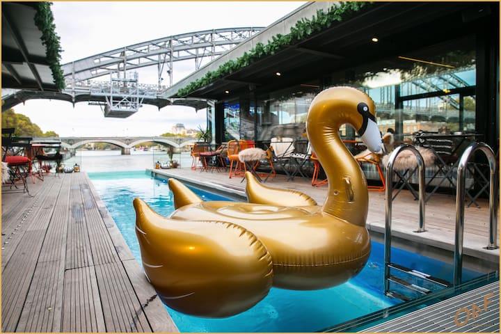 Lifestyle boat in Paris