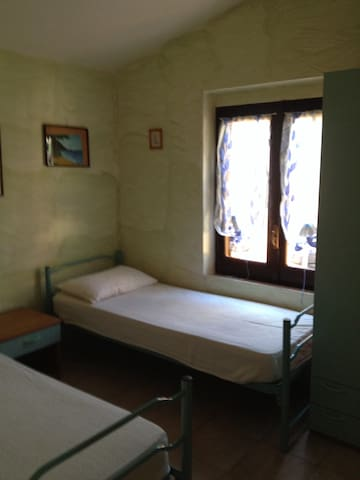 Camereta due letti comodino è armadio finestra che dà al cortile