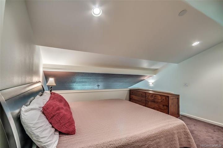 Newly Updated Condo 2 king beds and split air