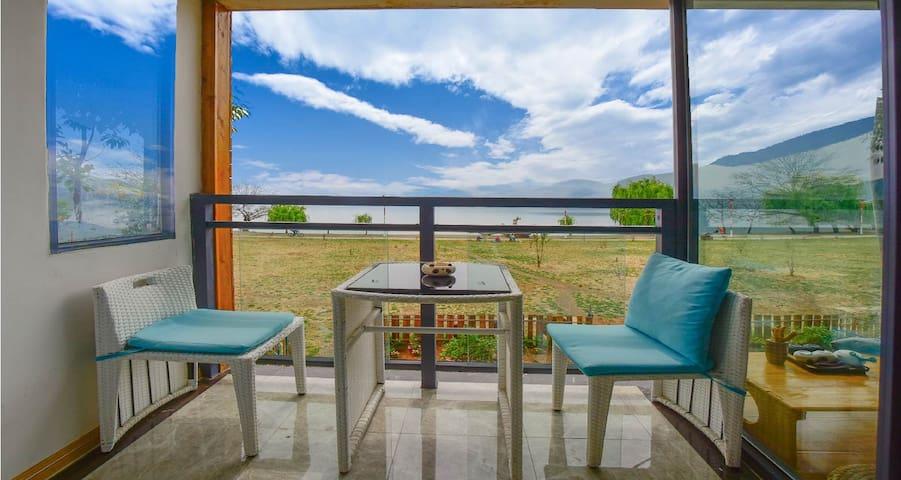丽江泸沽湖起点栈二楼湖景家庭套房|地暖、两卧室、两独立卫浴、一个房门入口、一个独立阳台观湖景和日出