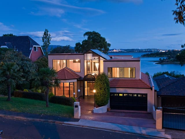 Walk to MONA - Water frontage luxury home