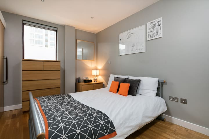 King bed + private bathroom in Central Manchester