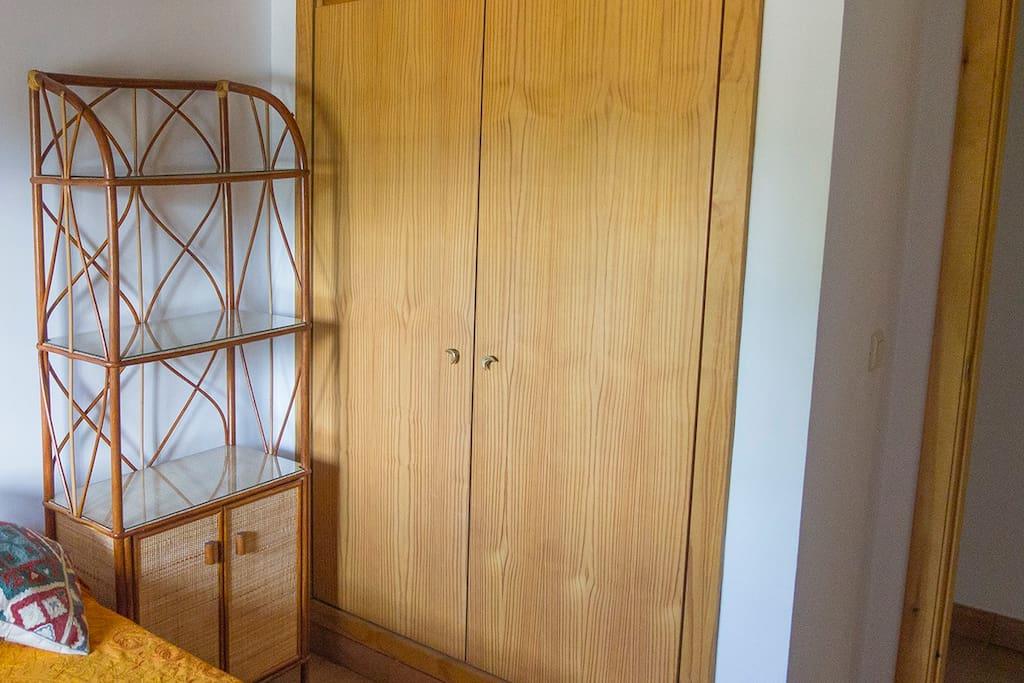 Habitación. Armario y mueble disponibles