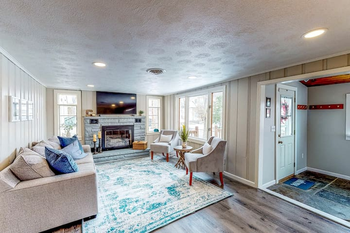 Charming lake view home w/ easy lake access, full kitchen, and smart TV!