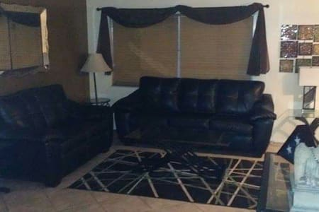 Couch in private home in palmHarbor - Palm Harbor - Maison