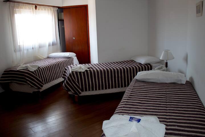 Cálida y luminosa habitación triple, Villa Gesell - Villa Gesell - Boutique hotel