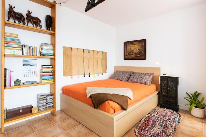 la cama de dimensiones grande (2.00-1.40) es nueva ,el colchón lavado a vapor por cada visita y las almohadas son sustituida por cada huésped