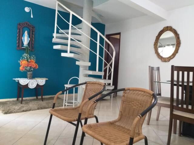 Escada que dá acesso aos quartos no primeiro andar