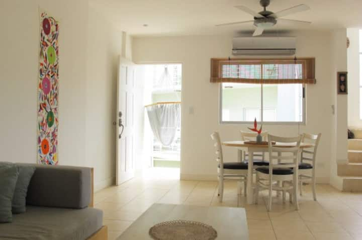 Relaxing, Tropical 2 bed Condo in Amazing Location