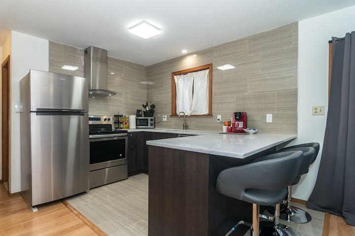 Open Space U-Shaped Kitchen to enjoy cooking. Full stainless steel appliances along with many kitchen accessories.