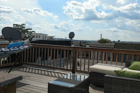 Fed Hill room with 4+ parking, yard, and roof deck - Baltimore - Haus