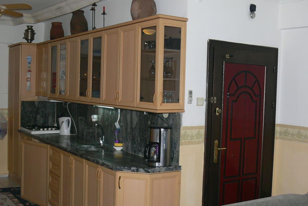 keuken met veel kookbenodigdheden, magnetron, koffieapparaat, broodrooster enz
