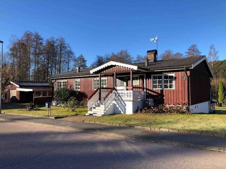 Stort hus vid foten av Isaberg, äventyrsberget.