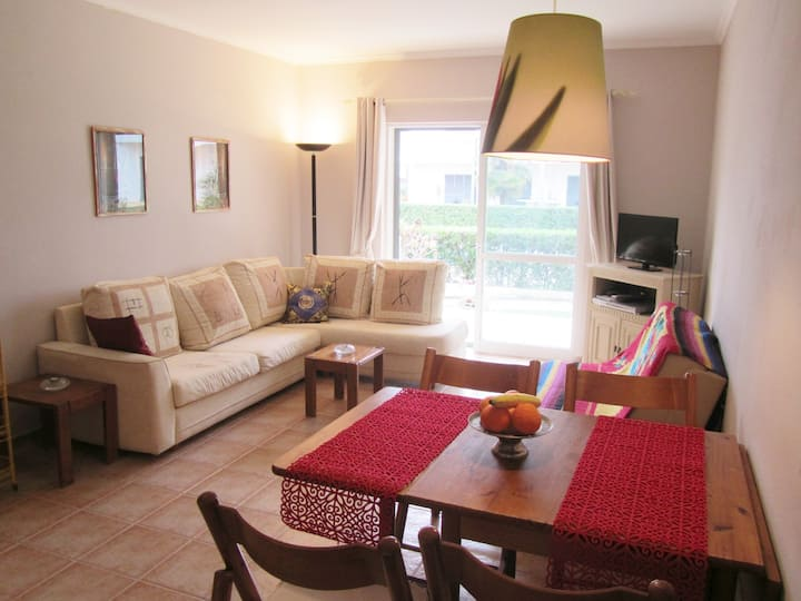 Cozy 1 BR apt with pool and garden 10min to praia