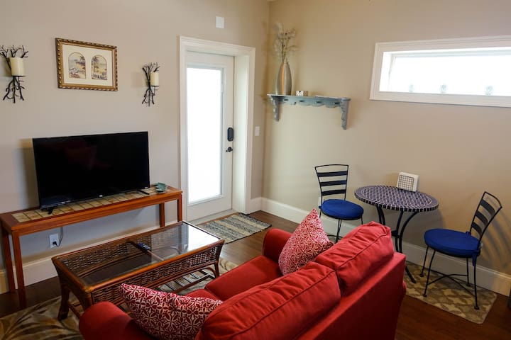 Private & Secure Entry, Breakfast Nook, Roku TV & Reading Area