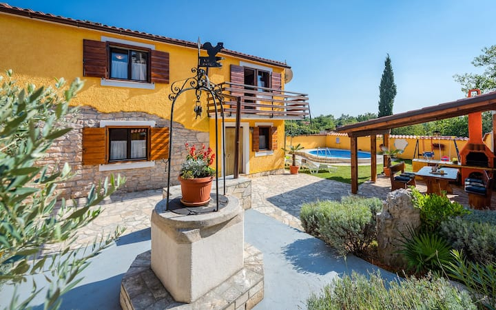 Cozy 2 bedroom family house with pool near the Sea