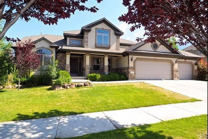 Luxurious Queen Bed w/Kitchen, Large FR & Cookies! - Orem - House