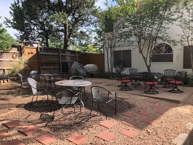 Downtown Entertainment Spacious Private Backyard