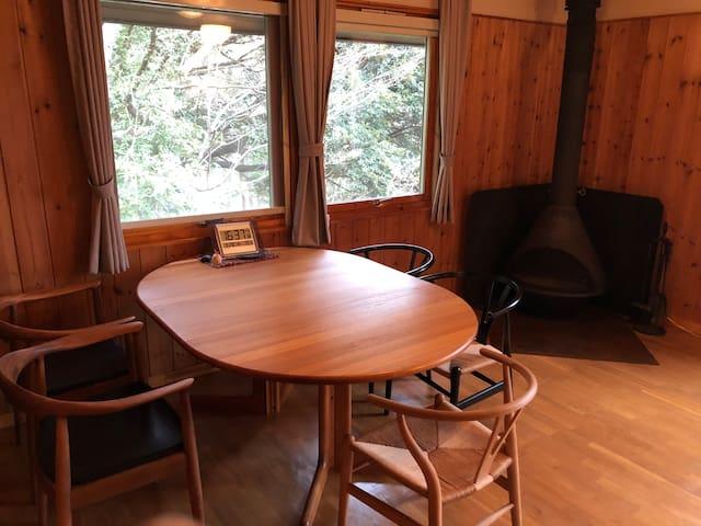 ②森の中にたたずむログハウスで暖炉体験!仲間と一緒にゆっくりスローライフ
