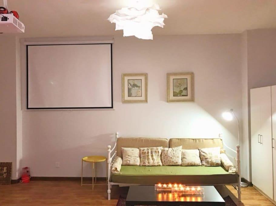 投影仪和沙发床