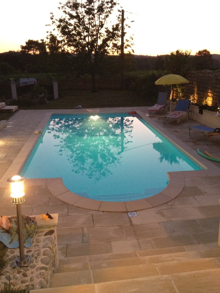 Maison de charme , piscine , grand parc arboré .