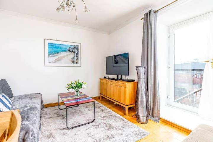 Fresh, modern West End apartment beside Hydro