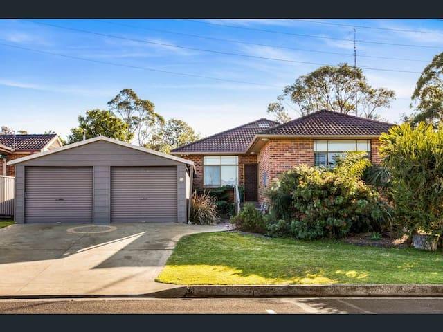4 bedrooms house next to Wollongong Botanic Garden