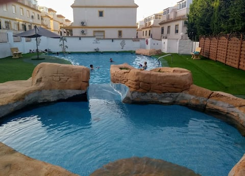 Spacious 2 bed house with communal pool access