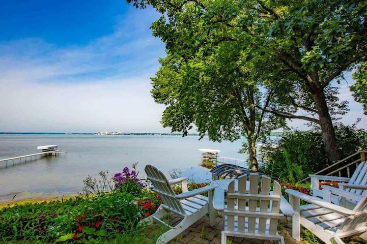 Luxury lakefront home w/ Wisconsin Capital Views