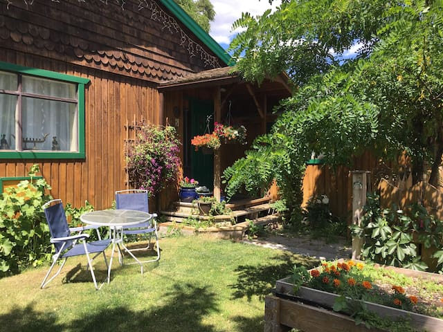 Applewood Imagination Studio / Guest House