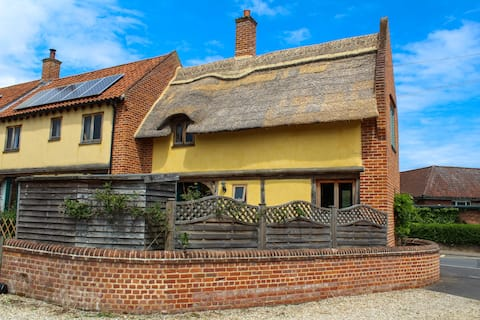 Cosy Thatched Cottage near to beaches & The Broads