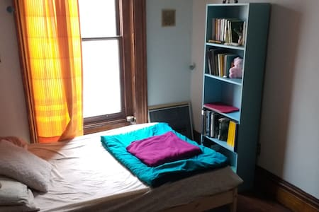 Comfy Room in Downtown Brownstone - Troy