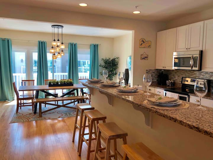 Bayside Oasis I- WATERFRONT Home in Midtown OC