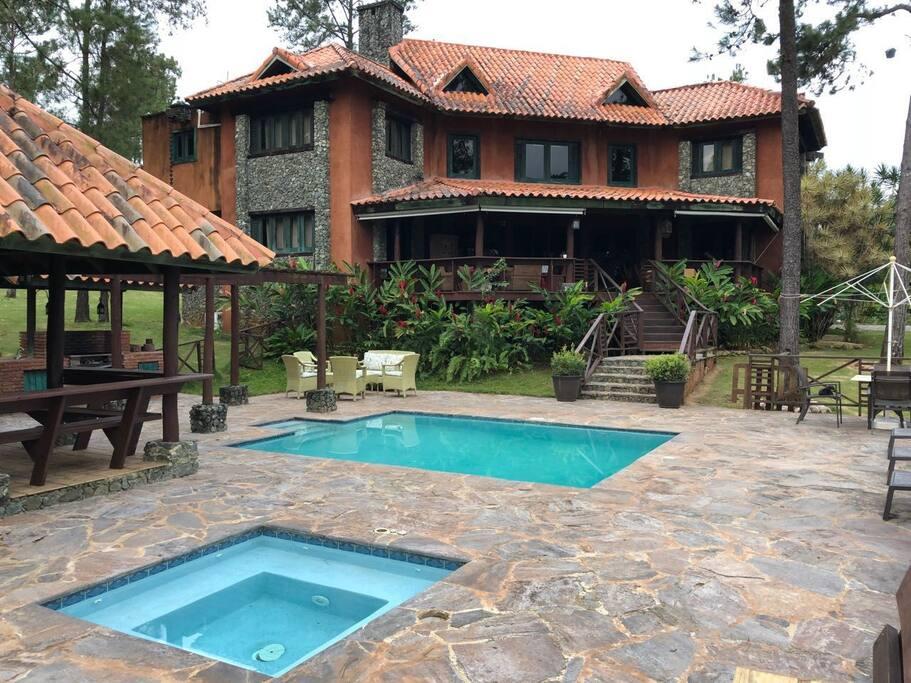 La piscina sumamente agradable y para completar el Jacuzzi tiene calentador.