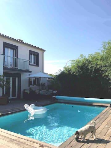 Chambre privée dans villa avec piscine, jardin