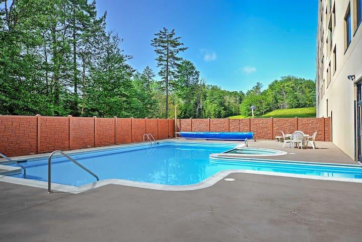 Snowshoe Condo w/ Mtn Views & Pool/Hot Tub Access!