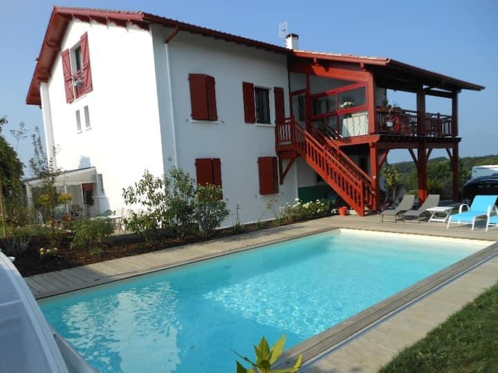 Dans maison basque avec piscine