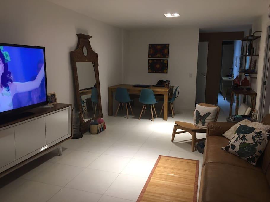 """Sala com TV 52"""" e Sofá de Couro"""