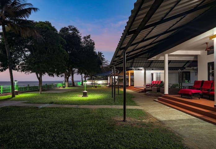 6  Lakeside AC Rooms in Kumarakom, Kerala, India