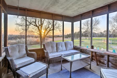 Secluded Milford Lake Home w/ Screened Porch, Deck