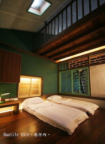 舒適的臥鋪可以聽著音樂看著客廳及樓梯的光影