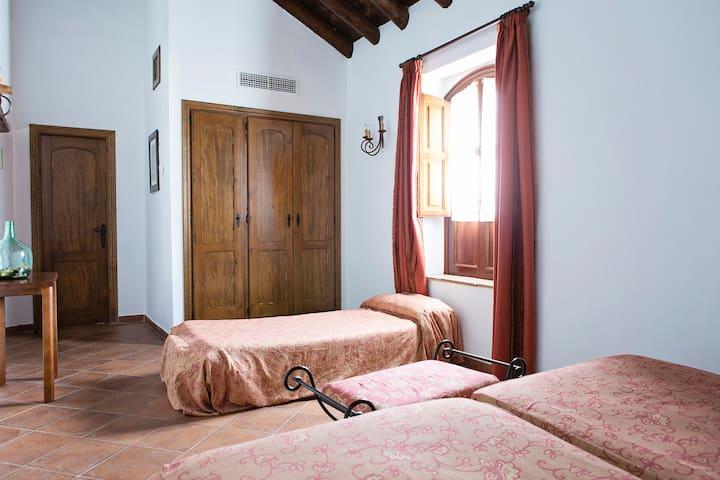Cortijo San Antonio, hab doble con cama supletoria - Casarabonela - Bed & Breakfast