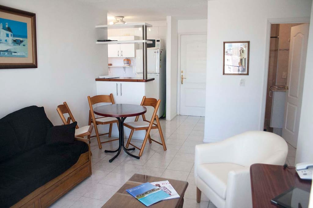 Comodísimo e impecable living luminoso. Con balcón.  Super comfortable, impecable and full of light living room. With a balcony.