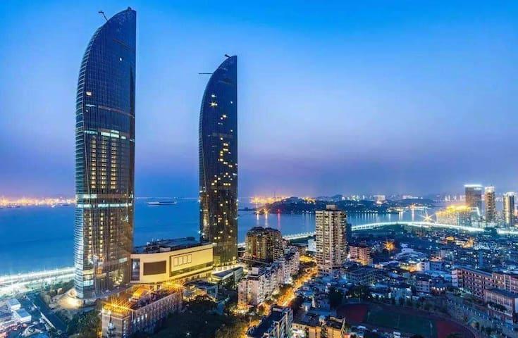 海景房!面朝大海 厦门厦大世茂海峡双子塔酒店公寓 看海看鼓浪屿度假胜地 - Xiamen - Huoneisto