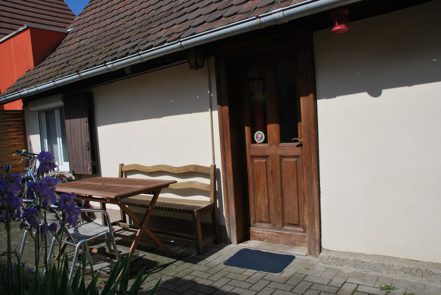 Petite maison alsacienne avec petite cour privative pour profiter du soleil.