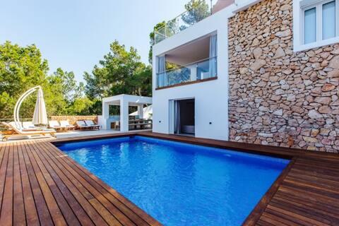 Dreamlike Luxury Villa with Sea View, Pool, Rooftop Terrace & Wi-Fi